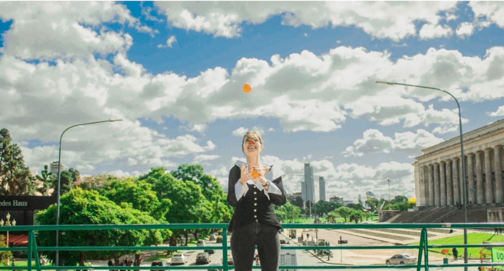 Chancepartout Carina jonglerer med appelsiner